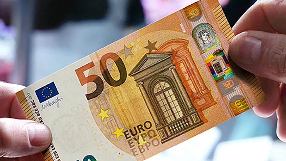 da oggi circolano i nuovi 50 euro che fine fanno le vecchie banconote. Black Bedroom Furniture Sets. Home Design Ideas