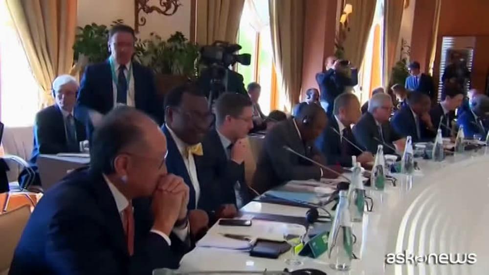 G7 gentiloni parla in italiano trump ignora la traduzione - Cuffie traduzione ...