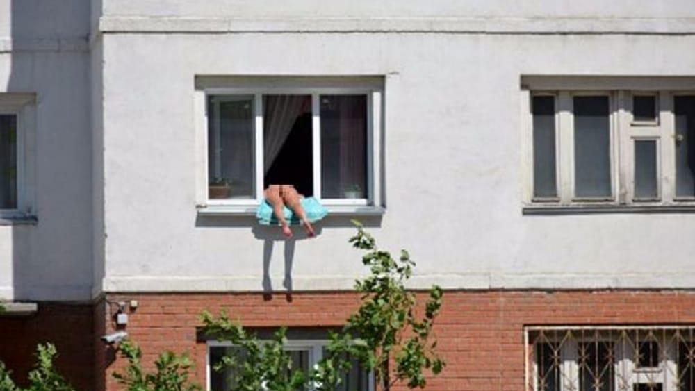 Prende il sole nuda sul davanzale della sua finestra i vicini basta questo troppo - Davanzale finestra ...