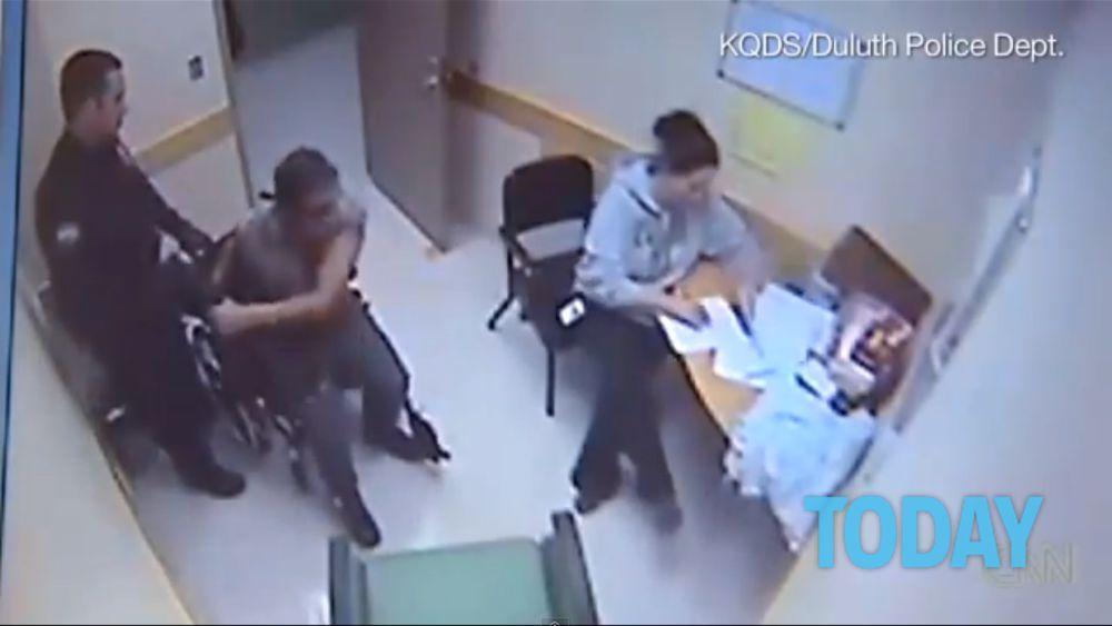 La Polizia Picchia Un Ragazzo Sulla Sedia A Rotelle Video