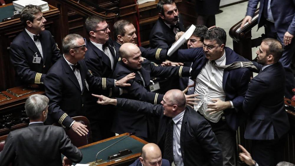 Manovra oggi il voto finale dopo la bagarre for Assistenti parlamentari m5s