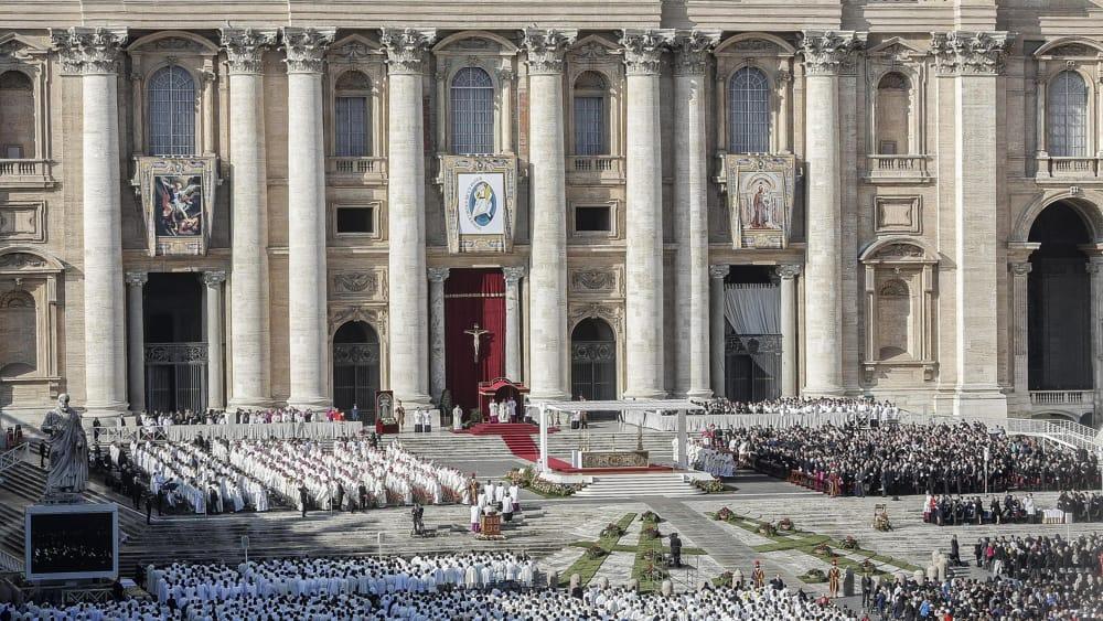 Papa francesco chiude la porta santa di san pietro for La porta media