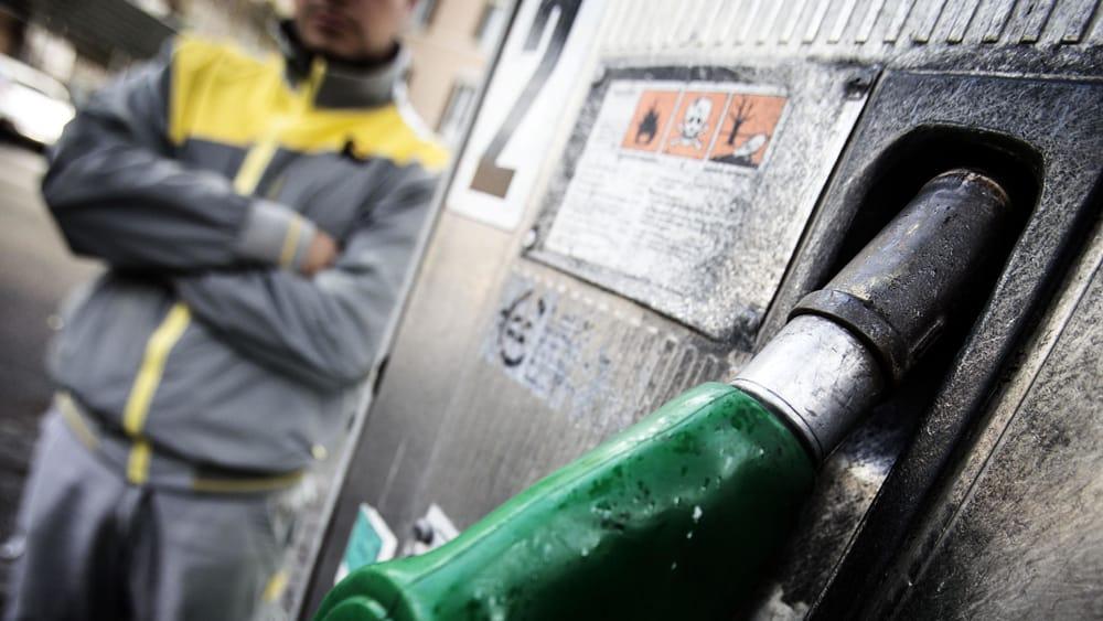 Sciopero benzinai per due giorni, tutto confermato: orari e motivi ...