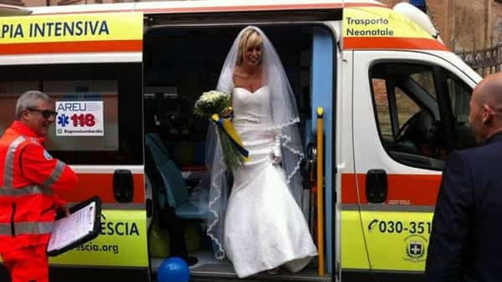Matrimonio In Ambulanza : Ambulanza in chiesa prima del matrimonio la sposa esce