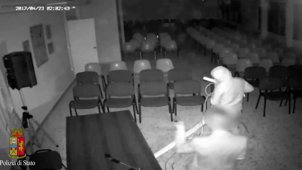 Taranto, vandali devastano una scuola: ecco il video che li incastra