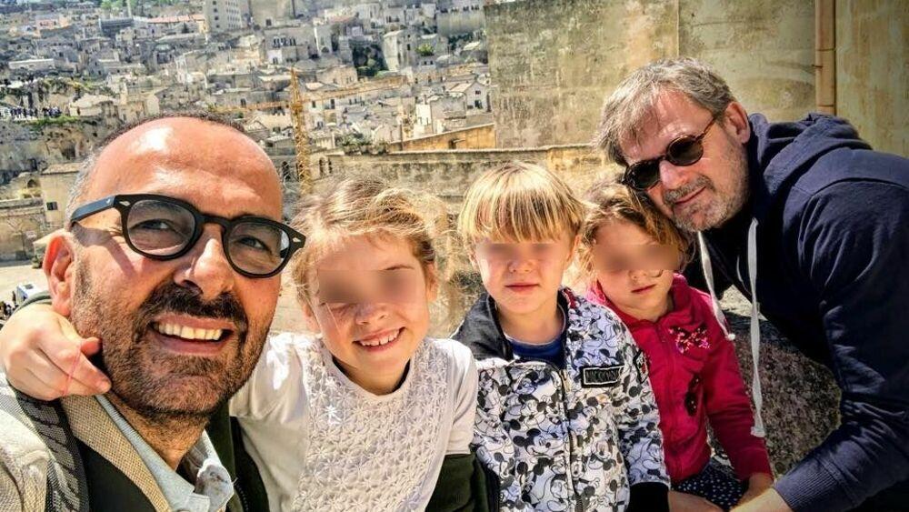 Andrea e Dario, la coppia omosessuale con tre bambini citata dal papa sulle  unione civili