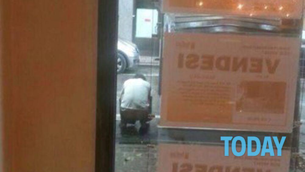 Fa la cacca per strada a sassuolo la foto finisce su facebook - Cacca nel bagno ...