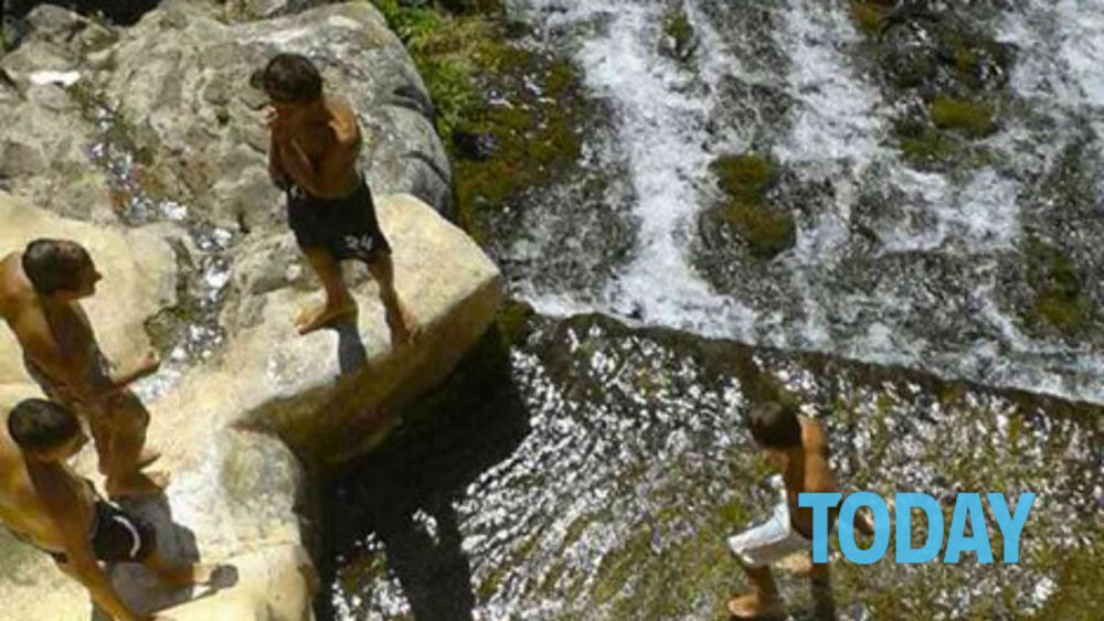 Ragazzi fanno il bagno nella fontana la reggia di caserta chiude tutto - Il bagno di diana klossowski ...