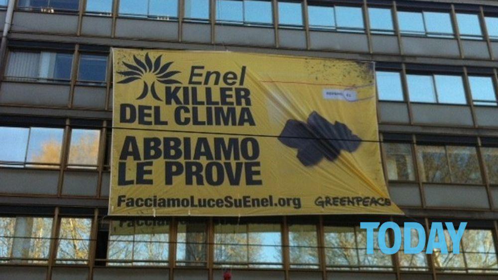"""Greenpeace assalta Enel: """"Killer del clima"""""""