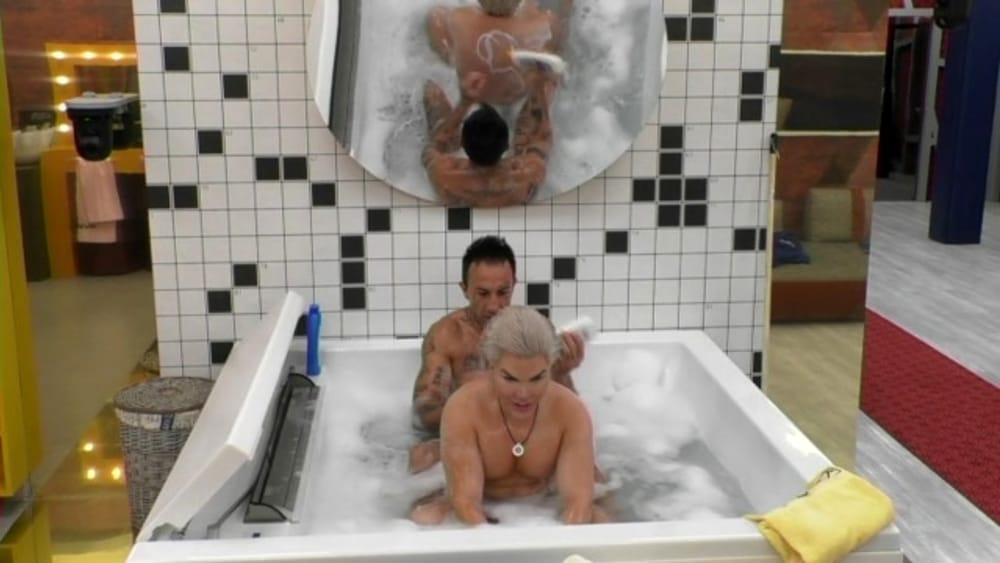 Grande fratello 2018 ken senza veli vasca da bagno - Grande fratello bagno ...