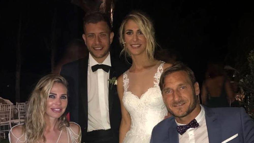 Auguri Matrimonio Vi Auguriamo : Francesco totti al matrimonio della cognata quot vi auguriamo