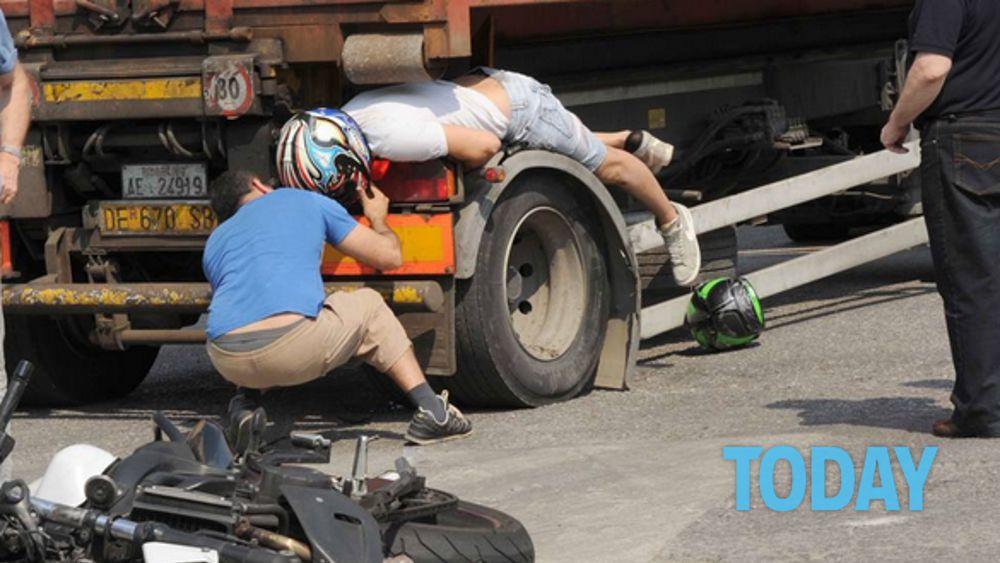 Brescia motociclista incastrato tra le ruote di un camion - Foto di grandi camion ...