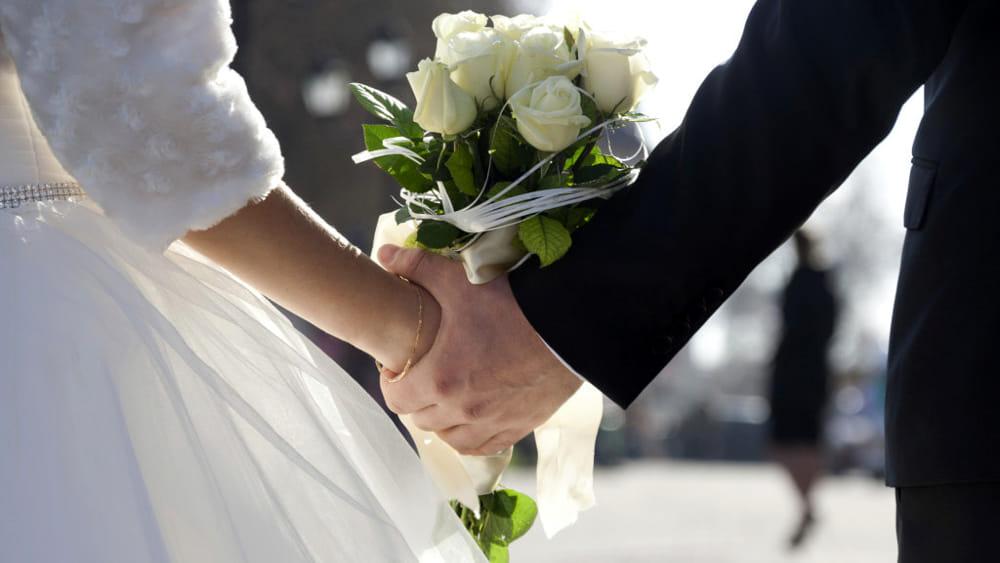 Matrimonio In Kazakistan : Tragedia alle nozze la sposa muore durante il lancio del