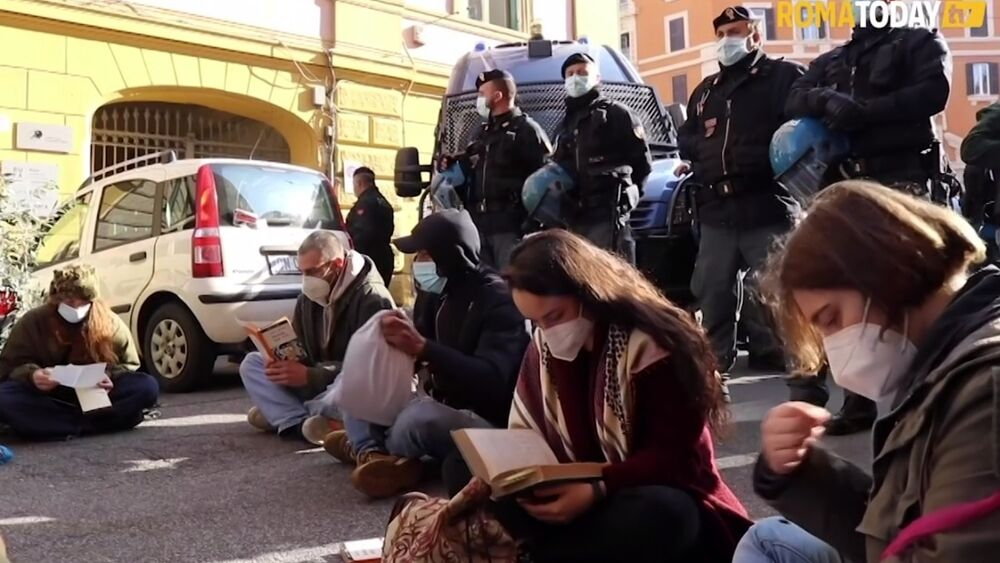 Lo sgombero del Cinema Palazzo a Roma