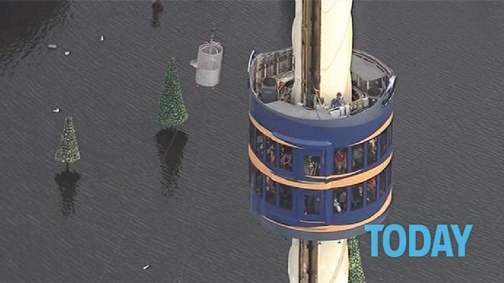 Panico al parco divertimenti turisti bloccati nella for Piani di cabina della torre di fuoco