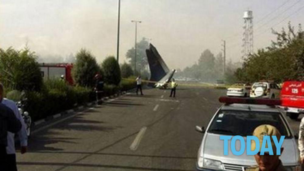 Aereo Privato Caduto In Iran : India aereo cade dopo il decollo tutti morti foto da