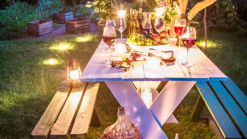 Illuminare il giardino con le candele profumate