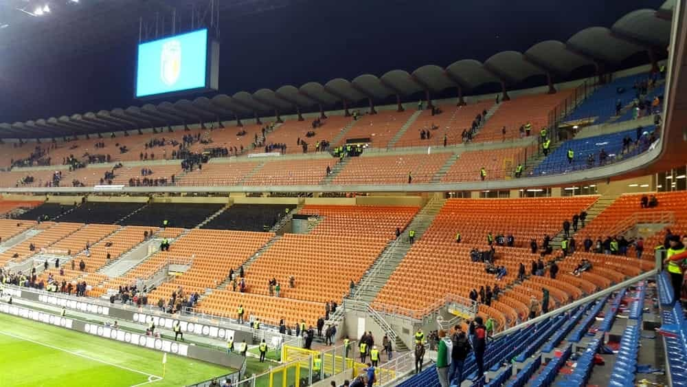 Milano cadde dagli spalti di san siro fa causa all 39 inter - Cosa si puo portare allo stadio san siro ...