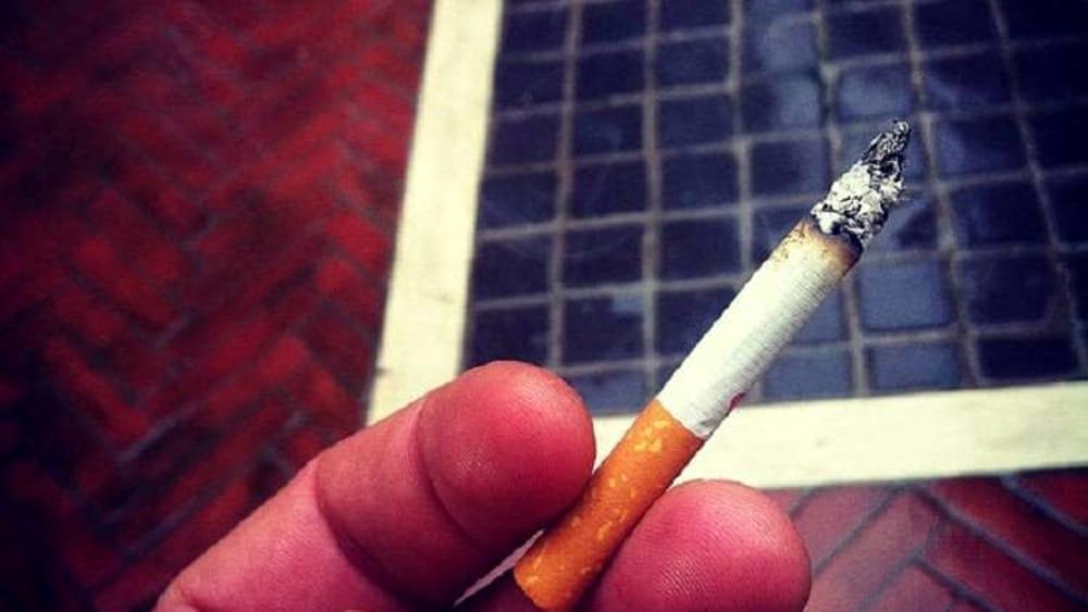 Lanciare acqua e sigarette sul balcone del vicino reato - Prostituirsi in casa e reato ...