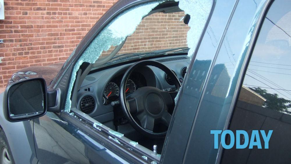 Rompe il finestrino per rubare: nell'auto trova un vero tesoro - Today