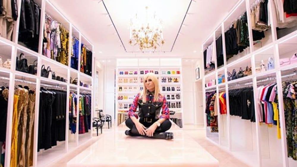 Guardaroba Per Cani.Donatella Versace Mostra Il Suo Guardaroba E Quello Del Suo