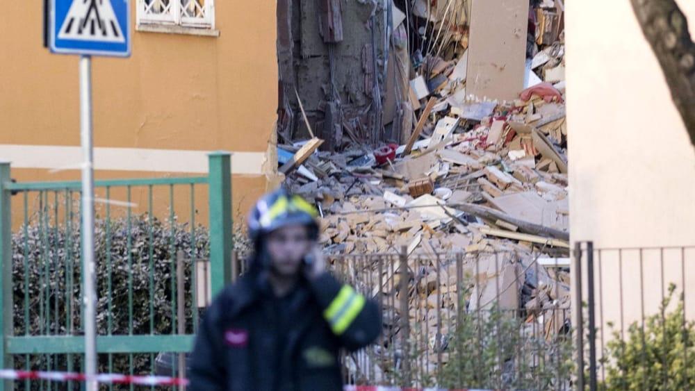Roma crolla palazzina di quattro piani residenti erano for Piani di ponte ottagonale